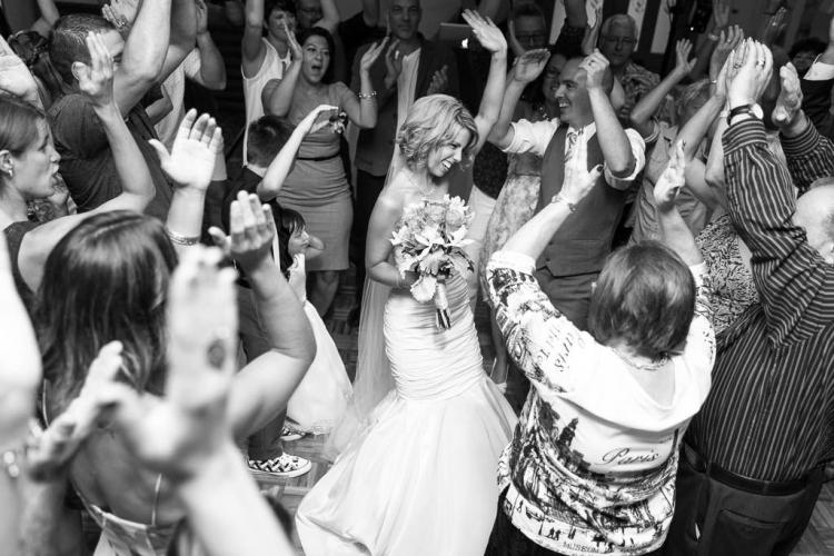 photo de la mariée pendant son mariage lors de la première danse au chalet des érables près de Constantin et auberge du mont gabriel
