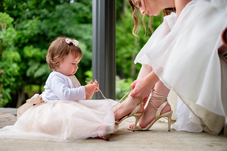 moment au naturel entre la mariée et son bébé photographié dans les laurentides cérémonies extérieur