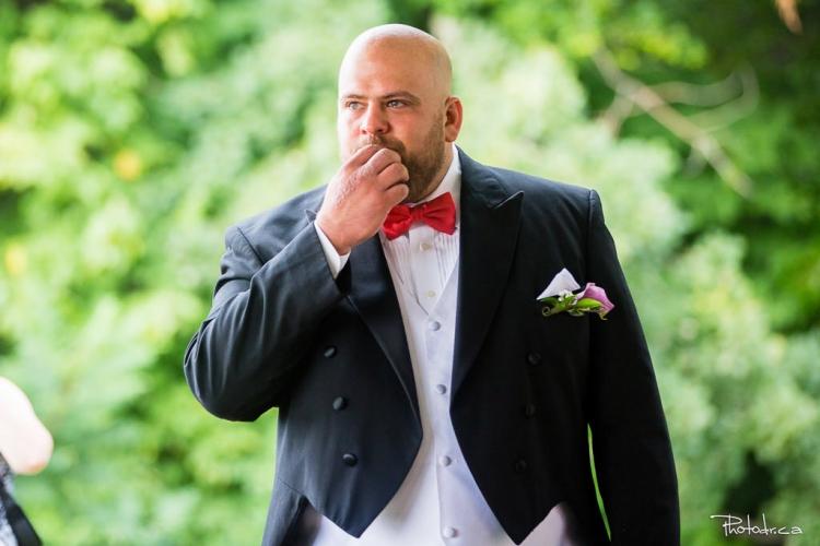 marié au naturel pendant la cérémonie avec un photographe de mariage professionnel à bon tarif à lorraine près de blainville et bois-des-fillions