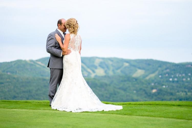 photo de couple prise par un photographe professionnel dans un mariage à l'auberge du mont gabriel sur un terrain de golf