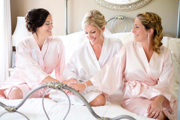 préparation de la mariée et des filles d'honneur à l'intérieur jolie robe de chambre pour mariage