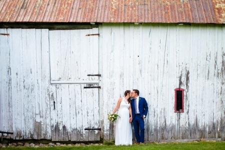 mariage extérieur rustique grange photo de couple prise par un photographe pinterest