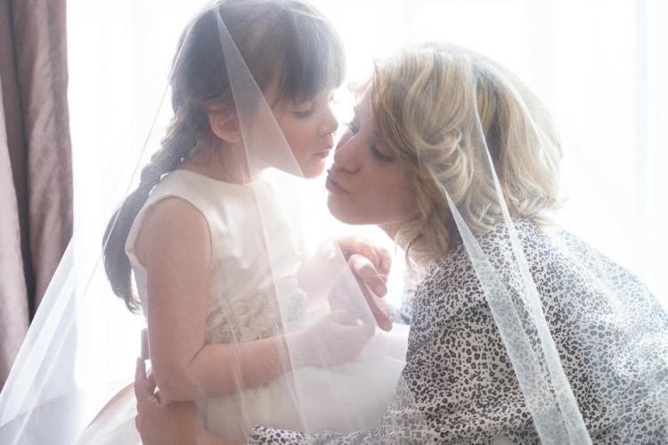 mariée et sa fille pendant la préparation avant son mariage dans la chambre d'hotel à l'auberge du mont gabriel