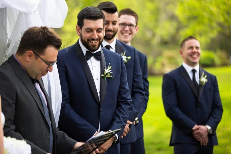 marié pendant la cérémonie extérieure salle de réception lalande à st-eustache laurentides naturel sur le moment rustique