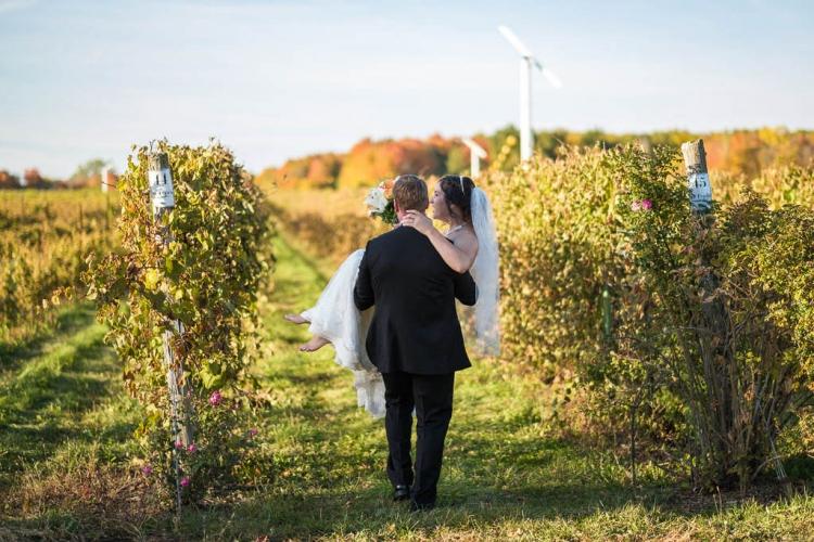 photographe de mariage professionnel rustique à st-eustache dans un vignoble chalet des érables
