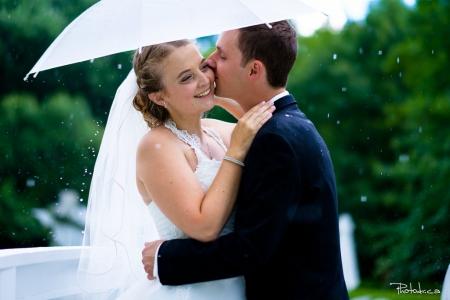 photographe de mariage professionnel à la champenoise sur la rive-sud photo à la pluie de mariées