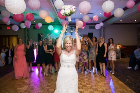 lancer du bouquet photo prise sur le moment à la réception par un photographe de mariage à l'auberge du mont-gabriel