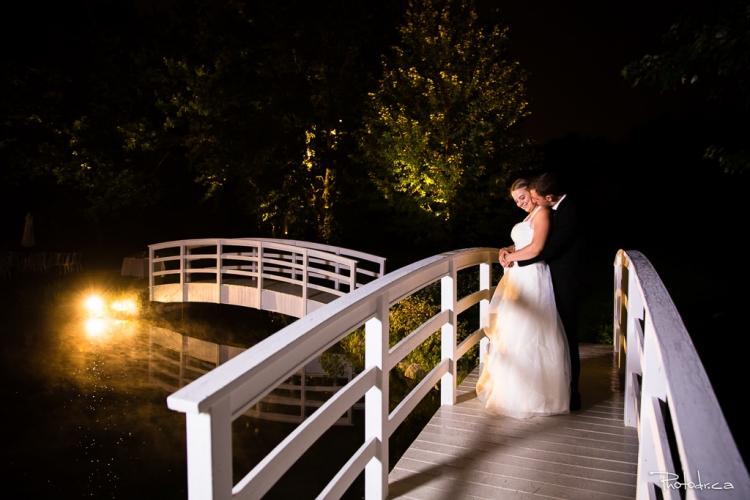 photo de mariage prise le soir par un photographe de mariage à la distinction à joliette au bords de l'eau