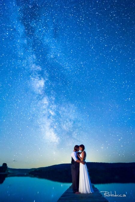 photographie de mariage de nuit sur une plage longue exposition avec la voie lactée à Mont-Laurier