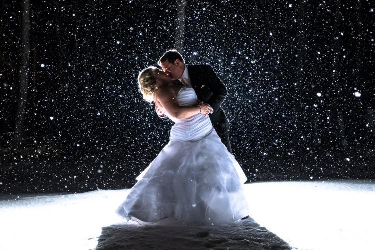 photographe de mariage d'hiver photo couple avec de la neige st-eustache dans les laurentides
