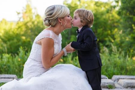 photo de famille pendant un mariage à l'auberge du mont gabriel dans les laurentides prise par un photographe