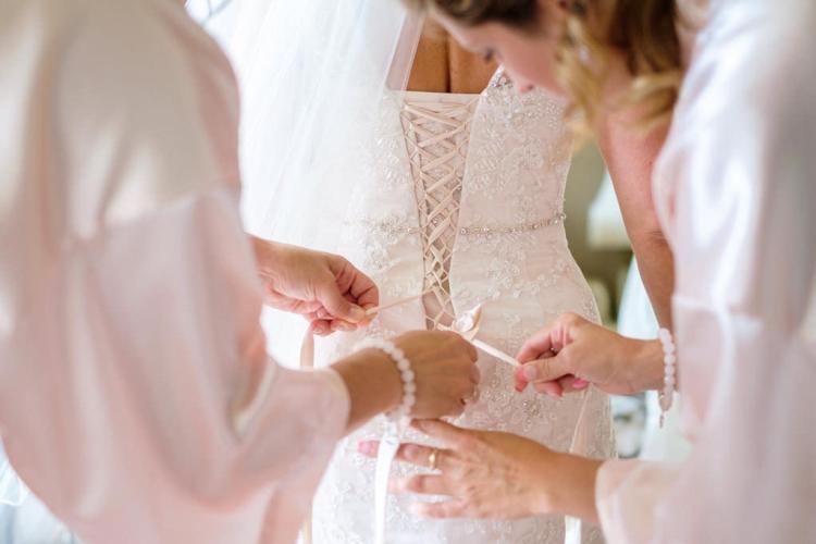 préparation de la mariée dans sa robe professionnelle prise par un photographe de mariage