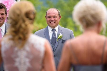 réaction du marié pendant la cérémonie extérieure naturelle auberge du mont-gabriel