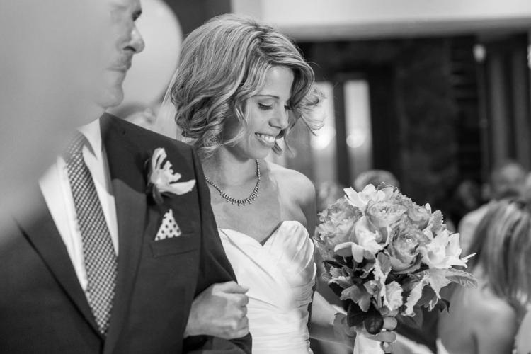 arrivée de la mariée à la cérmonie pendant son mariage capté par un photographe professionnel à l'auberge du mont gabriel