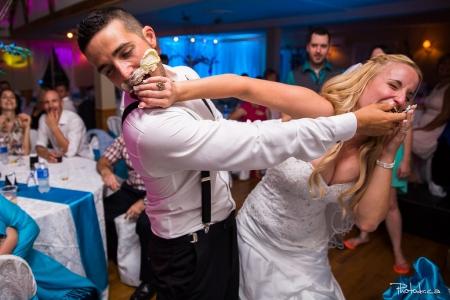 coupe du gateau chez constantin par un photographe professionnel de mariage sur le moment et le vif
