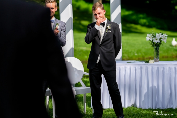 réaction du marié pendant la cérémonie extérieure à la distinction à joliette par un photographe professionnel de luxe