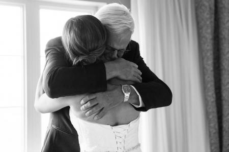réaction du père de la mariée pendant la préparation à l'hotel imperia de saint-eustache émotion naturel mariage