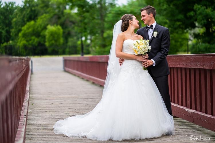 couple de mariés dans le vieux st-eustache près du moulin légaré session photo shoot prix