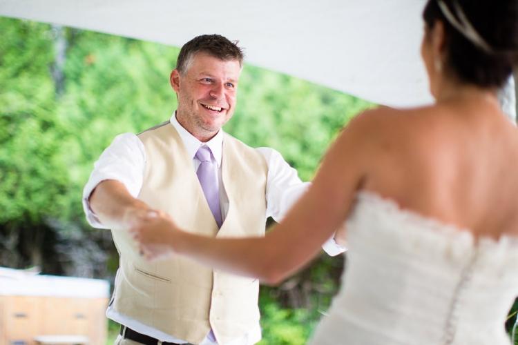 première danse des nouveaux mariés au mont-tremblant cérémonie extérieur photographe professionnel de mariage