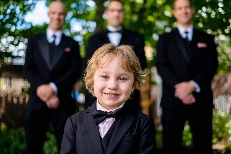 photographie d'enfant en mariage habillé en tuxedo chic pendant la préparation