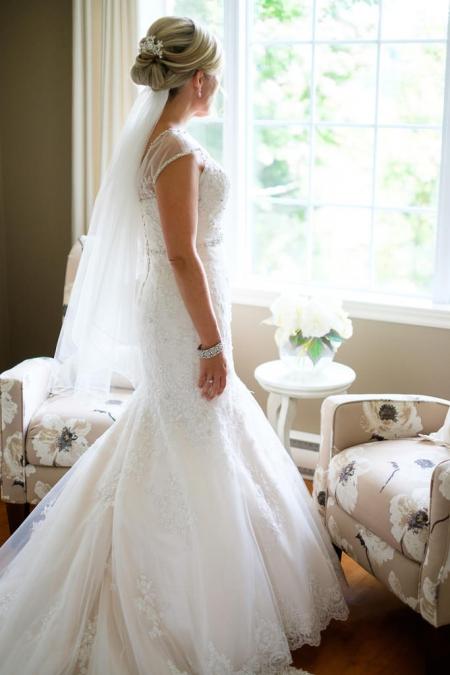 préparation de la mariée avant son mariage avec son photographe