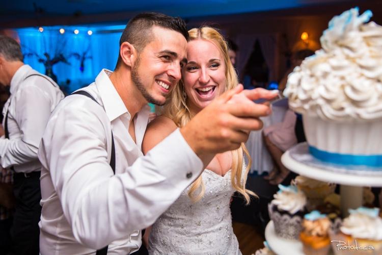mariés qui coupent leur gateau après leur cérémonie de mariage à st-eustache chez constantin