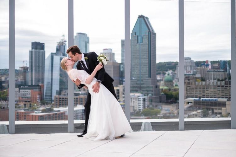 photographe de mariage avec style urbain terrasse sur le toit à montréal photo de couple qui s'embrasse